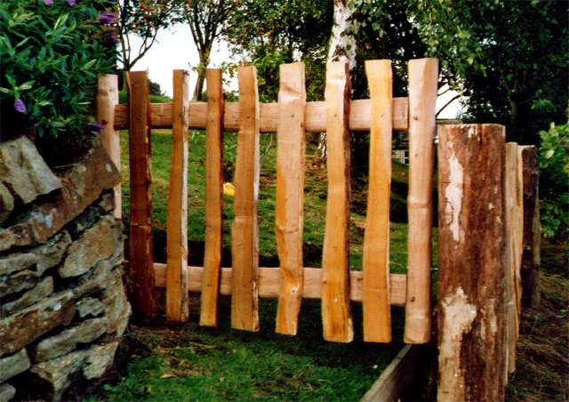 <span>Ref: F24</span><br>Simple cleft chestnut gate with pales; 3' x 4' wide; £360 inc VAT.