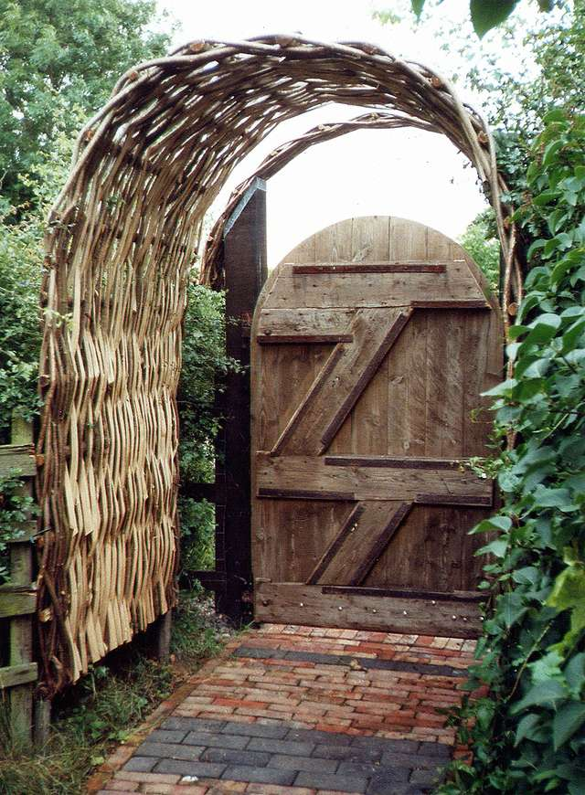 <span>Ref: E4</span><br>Hazel arch : unlike the willow arch, hazel is too thick to weave about a steel frame. Made as a Wattle Hurdle, it relies on it`s inherent strength for stability. Most sizes can be made, but 2` deep is a minimum. This photo 4` x 4` x 7` at apex £535. inc VAT.